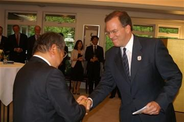 Commissioner Nick Fish greets Sapporo Mayor Ueda at a June 5 celebration of the 50th anniversary of the Portland-Sapporo sister-city relationship.