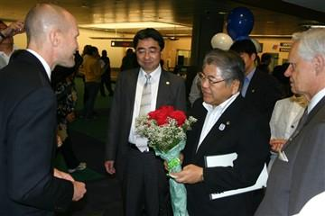 Fred Ross presents Mayor Ueda with roses from the Rose City as part of the Sapporo-Portland sister-city 50th anniversary celebration.